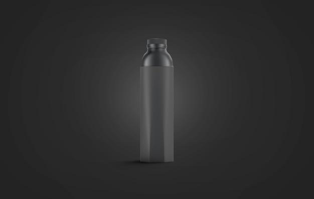 Макет пустой черной бутылки с водой, изолированный на темной стене
