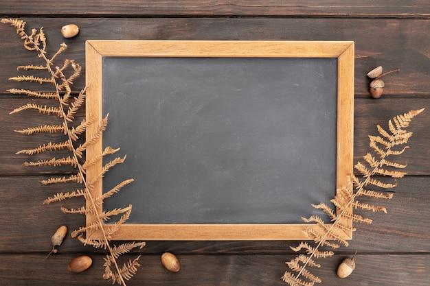 Пустая доска на деревенском деревянном столе с осенним декором
