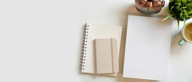 白地に装飾が施された白紙のブックカバー日記メモ帳小冊子とモックアップスペース