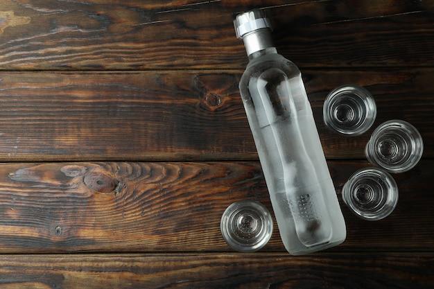 飲み物の空白のボトルと木製の壁のショット
