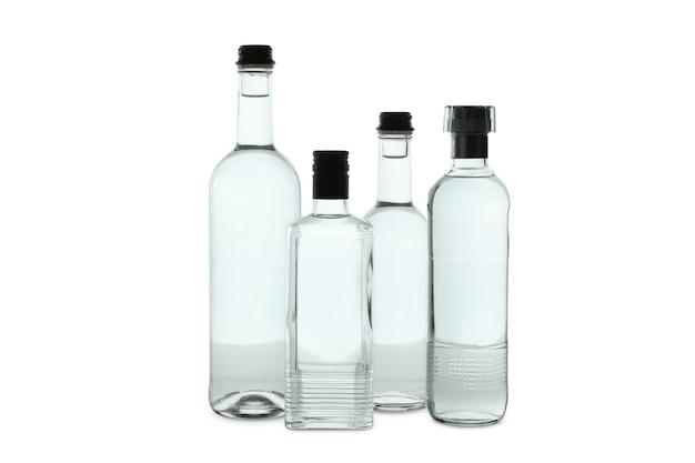 Пустые бутылки водки, изолированные на белой поверхности