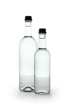 Пустые бутылки водки, изолированные на белом фоне