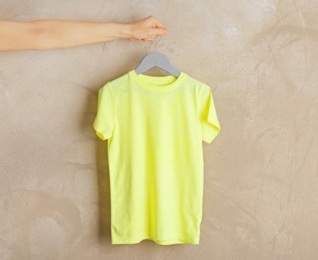 Пустая яркая футболка на гранж