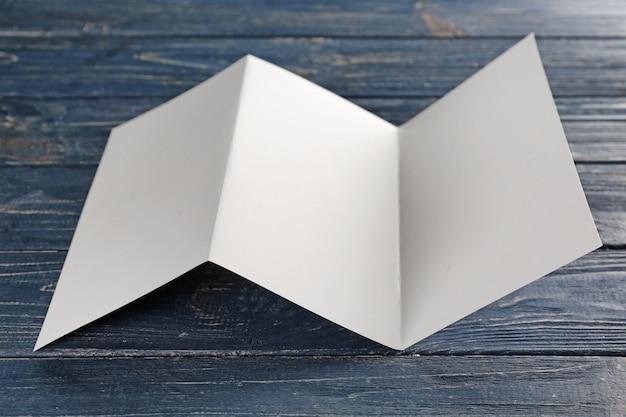木製のテーブルに空白のパンフレット