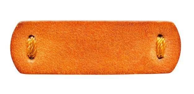 흰색 배경에 고립 된 빈 갈색 가죽 태그 레이블 텍스처