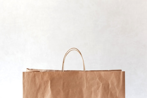 Пустой коричневый бумажный мешок с копией пространства сверху на свете.