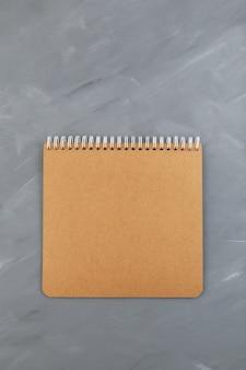 회색에 빈, 갈색 나선형 노트북 골 판지 시트