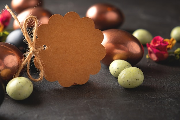 Blank brown tag with easter eggs. happy easter greeting card