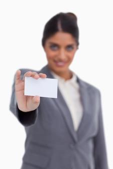 Пустая визитная карточка, проводимая женщиной-предпринимателем