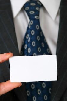 スーツとネクタイの前に白い色の空白の名刺