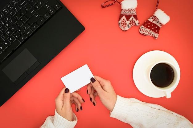 Пустая визитная карточка в руке. интернет-бизнес.