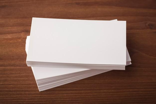 木製の背景に空白の名刺。コーポレートアイデンティティプレゼンテーション用の名刺
