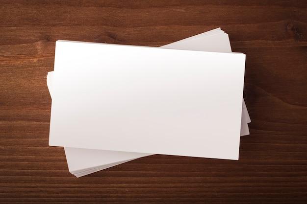 コーポレートアイデンティティの提示のための木製の背景名刺に空白の名刺