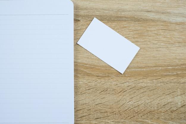 작업 테이블에 노트북 주최자와 빈 비즈니스 카드 또는 이름 카드