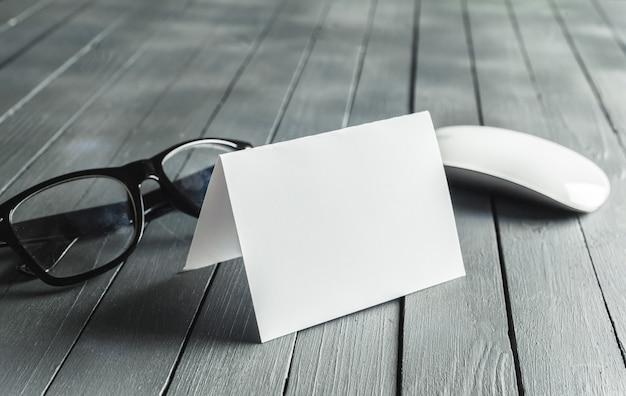 Пустая визитка с очками и оптической мышью