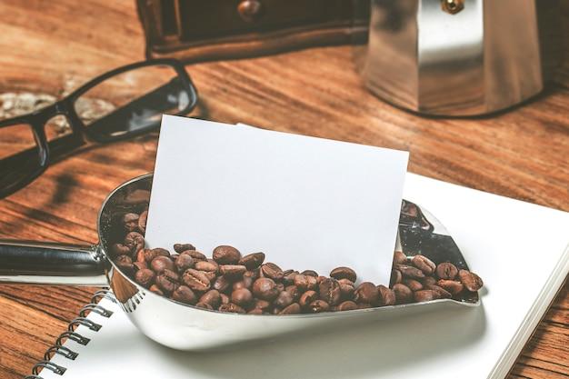 空の名刺とコーヒーテーブルの木のカップ。法人向けの据え置きブランドが模索。