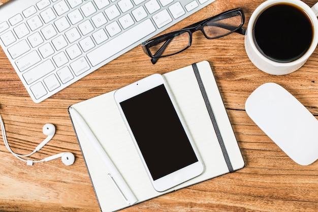 Пустые визитные карточки и чашка кофе на деревянном столе. корпоративный стационарный брендинг макет.