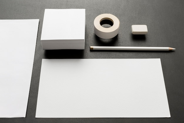 空白の名刺とさまざまなサイズの紙