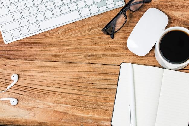 Biglietto da visita in bianco e tazza di caffè sul tavolo di legno. il branding fisso aziendale si esibisce.