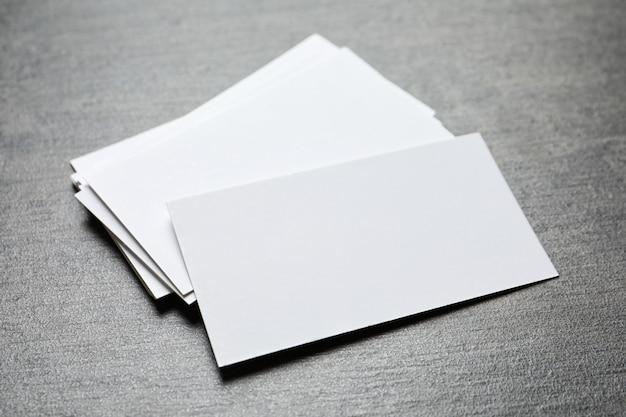 회색 테이블에 빈 비즈니스 카드