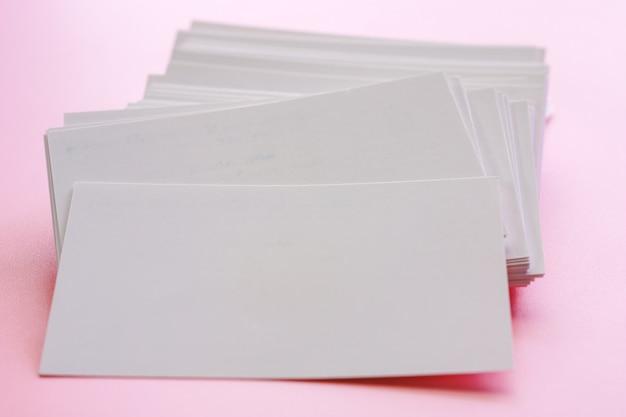 Пустые визитки на розовом фоне