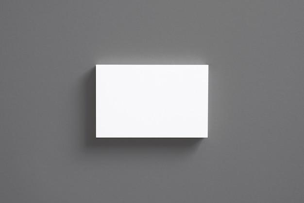 Pila di biglietti da visita in bianco isolata sulla vista superiore grigia