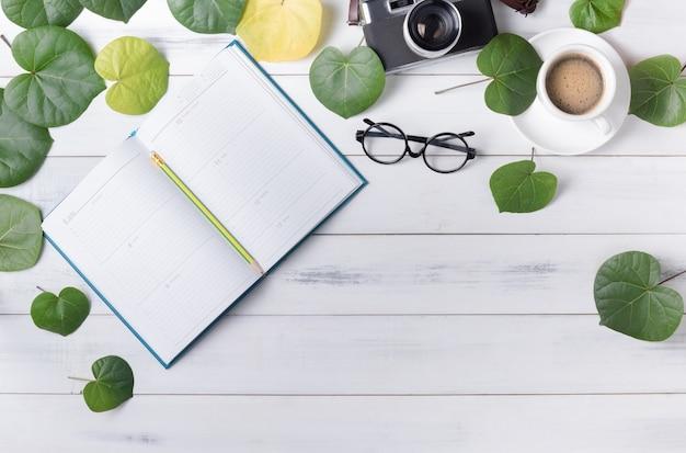 Пустой календарь в форме сердца зеленый лист и кофе