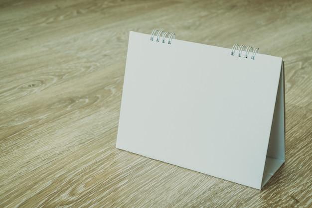 Calendario bianco su fondo in legno