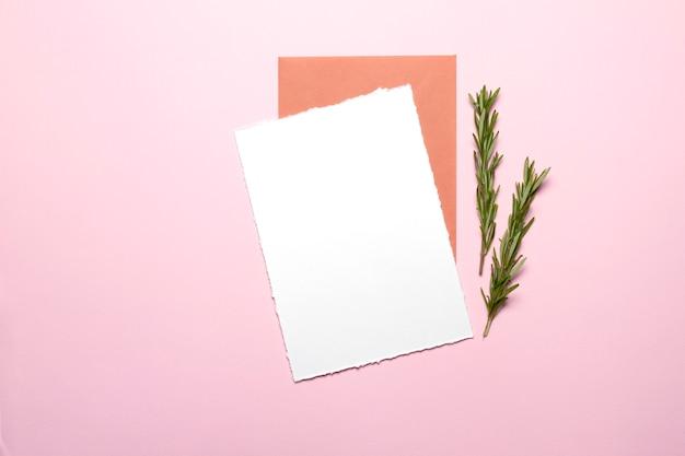 空白のカードとローズマリーの封筒