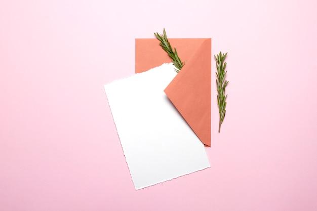 空白のカードとローズマリーの封筒 Premium写真