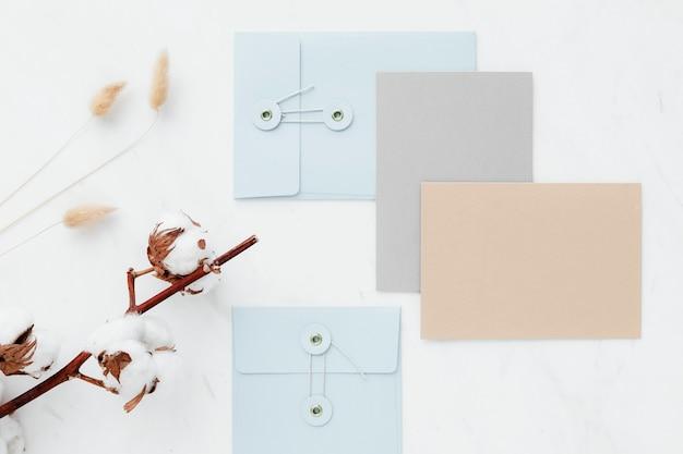 흰색 테이블에 빈 카드 컬렉션