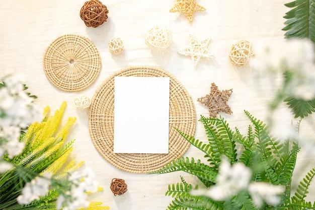 Дизайн пустых карточек в аутентичной обстановке - белые поздравительные открытки или канцелярские принадлежности.