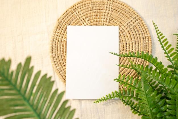 Пустая карточка в аутентичной обстановке белые поздравительные открытки или дизайн канцелярских принадлежностей.