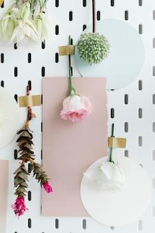 花に囲まれた壁に空白のカード