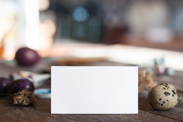卵と空白のカード、テキスト用の空き容量。