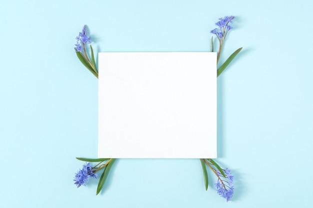 スノードロップの花で作られたフレームと空白のカード