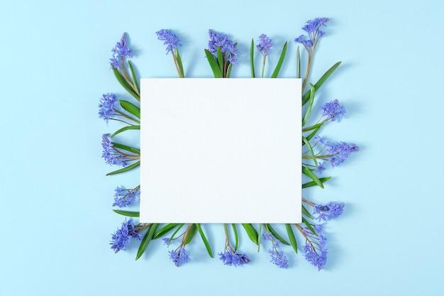 リスの花で作られたフレームと空白のカード
