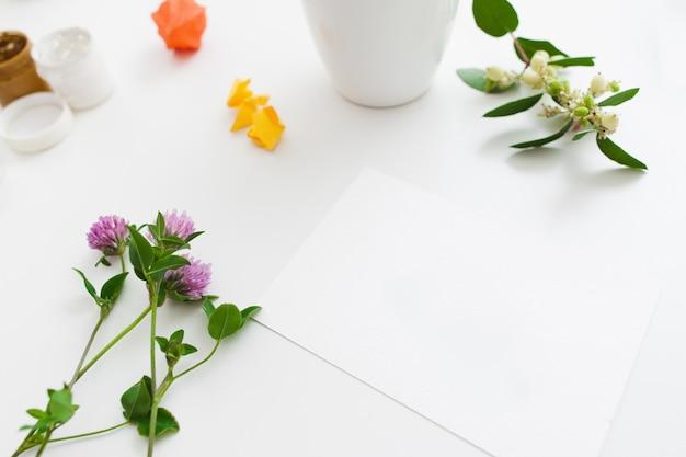신선한 꽃과 구 아슈와 함께 빈 카드
