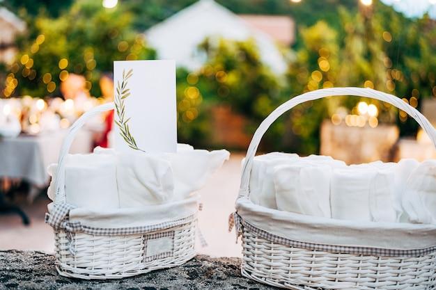 장식 된 빈 카드는 테이블 광각에 흰 고리 버들 세공 바구니에 압연 수건에 선다