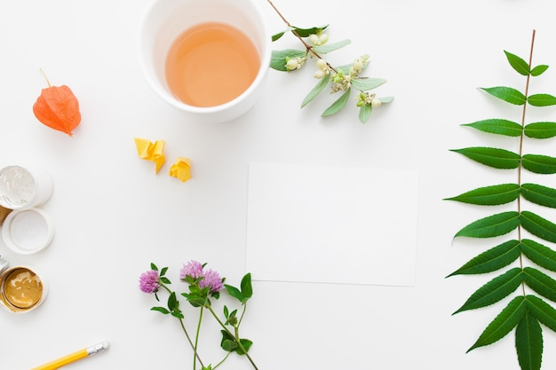 植物とお茶の入った空白のカード