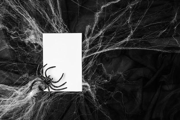 Пустая карточка с паутиной на черном фоне. концепция хэллоуина.
