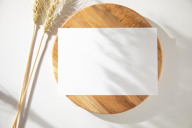 Пустая карточка с шипами на деревянном столе
