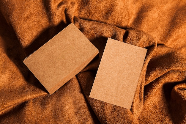 Пустые картонные визитные карточки на ткани