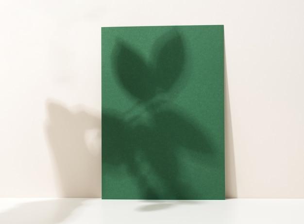 白いテーブルに影付きの空白の段ボール紙。チラシ、発表のテンプレート
