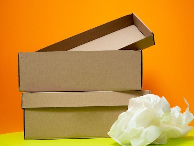 オレンジ色の背景に空白のカートンボックス