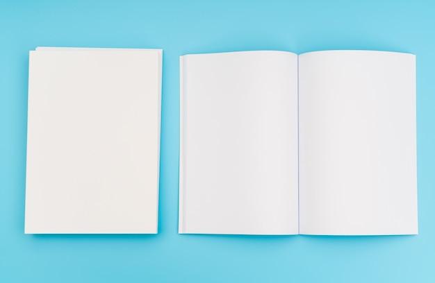 빈 카탈로그, 잡지, 책 파란색 배경에 조롱. .
