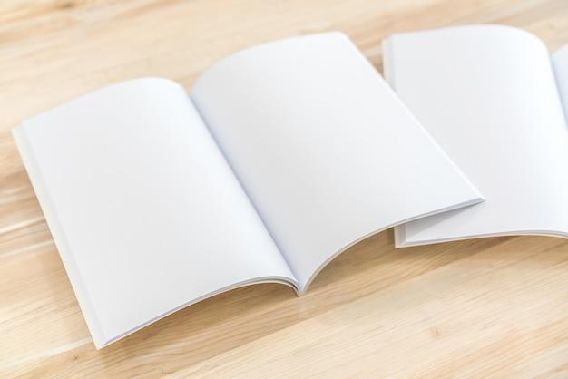 빈 카탈로그, 잡지, 책 나무 배경까지 조롱
