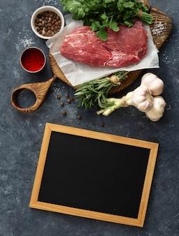 Пустая доска для мела и говяжье мясо и овощи