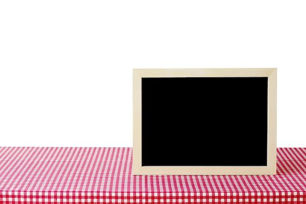 赤と白のテーブルクロスに白い背景、テキストのためのスペース、モックアップ、製品のディスプレイのモンタージュに白い白板を立てて