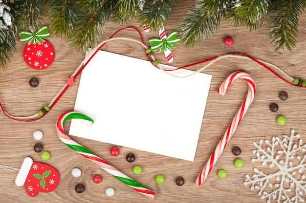전나무와 장식이 있는 빈 크리스마스 인사말 카드